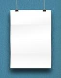 Papierowa karta na błękitnej ścianie. Zdjęcie Stock