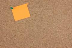 Papierowa notatka dołącza na korek desce Zdjęcia Stock