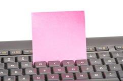 Papierowa notatka na klawiaturze fotografia stock