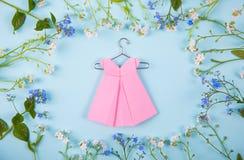 Papierowa origami suknia na wieszaku otaczającym z błękitnym i bielem zaświecającymi Zdjęcie Royalty Free