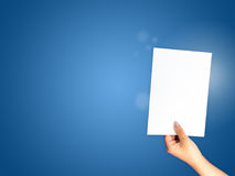 Papierowa ręka trzyma dalej błękitnego gradientowego tło Zdjęcia Royalty Free