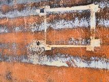 Papierowa ramowa lewica na kącie zrudziała metal powierzchnia, abstrakcjonistyczny grunge tło zdjęcia stock