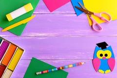 Papierowa sowa wykonuje ręcznie, modelarskiej gliny set, koloru papieru prześcieradła, nożyce, kleidło kij, ołówek na drewnianym  Fotografia Stock
