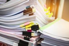 Papierowa sterta, stos niedokończeni dokumenty na biurowym biurku odnosić sie fotografia royalty free