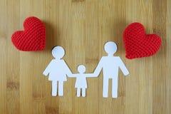 Papierowa sylwetka rodzina z czerwonym sercem na drewnianym Obrazy Royalty Free