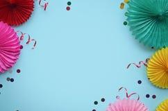 Papierowa tekstura kwitnie z confetti na b??kitnym tle Urodziny, wakacje lub przyj?cia t?o, mieszkanie nieatutowy styl fotografia stock