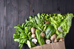 Papierowa torba różny zdrowia jedzenie zdjęcie stock