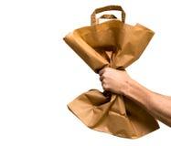 Papierowa torba w męskiej ręce odizolowywającej od bielu Obrazy Stock