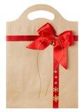 Papierowa torba z Czerwonym łękiem, Bożenarodzeniowe prezenta pakunku torby na bielu Fotografia Royalty Free