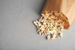 Papierowa torba z smakowitym popkornem obrazy stock