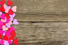 Papierowa walentynka dnia serca strony granica na nieociosanym drewnie Fotografia Royalty Free