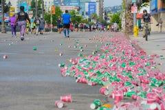 Papierowe filiżanki odrzucać na podłoga podczas 30th losu angeles maratonu Ed Obrazy Stock