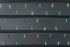 Papierowe klamerki na biurku Zdjęcie Stock