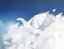 Papierowe origami gołąbki w chmurach ilustracji