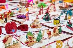 Papierowe pamiątki i pocztówki z wakacyjnymi życzeniami Obraz Stock