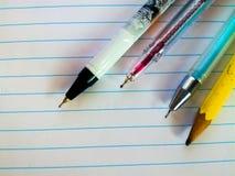 Papierowe pracy z piórami i ołówkami obraz stock