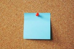 Papierowego nutowego przypomnienia notatek szpilki papieru kleisty błękit na korkowej tablicie informacyjnej obraz stock