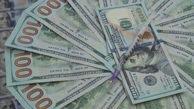 Papierowego pieniądze obracanie Setki Amerykańscy dolary kłamają na stole zbiory wideo
