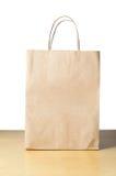 Papierowego przewoźnika torba na stole Zdjęcia Royalty Free
