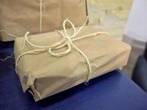 Papierowego pudełka poczta pakunek Zdjęcia Stock