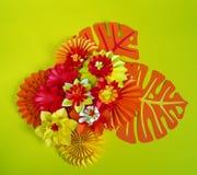 Papierowego rzemiosła kwiatu dekoraci pojęcie Kwiaty i liście robić papier Obraz Stock