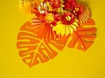 Papierowego rzemiosła kwiatu dekoraci pojęcie Kwiaty i liście robić papier Zdjęcia Royalty Free