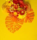 Papierowego rzemiosła kwiatu dekoraci pojęcie Kwiaty i liście robić papier Zdjęcie Royalty Free