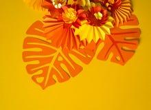 Papierowego rzemiosła kwiatu dekoraci pojęcie Kwiaty i liście robić papier Fotografia Stock