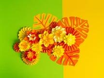 Papierowego rzemiosła kwiatu dekoraci pojęcie Kwiaty i liście robić papier Fotografia Royalty Free