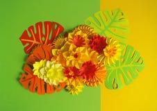 Papierowego rzemiosła kwiatu dekoraci pojęcie Kwiaty i liście robić papier Zdjęcie Stock