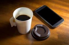 Papierowej filiżanki kawa z telefonem komórkowym Fotografia Royalty Free
