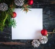 Papierowej karty notatka z wiecznozielonymi gałąź i Bożenarodzeniowym dekoracja układem, odgórny widok, kopii przestrzeń zdjęcia royalty free
