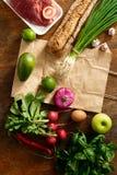 Papierowej torby ustalony zdrowy karmowy drewniany stołowy odgórny widok Zdjęcie Royalty Free