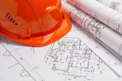Papierowi architektoniczni rysunki, projekt i hełm, Inżynieria projekt obraz stock