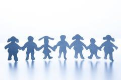 Papierowi dzieci stoi wpólnie ręka w rękę Zdjęcie Royalty Free