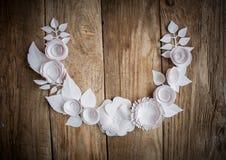 Papierowi kwiaty na drewnianym tle Zdjęcie Stock