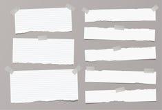 papierowi paski wtykali z kleistą, adhezyjną taśmą na popielatym tle, Obrazy Stock