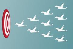 Papierowi ptaki lata sukces Przywódctwo i pracy zespołowej pojęcie Obrazy Royalty Free