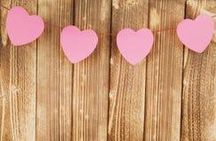 Papierowi serca na drewnianym tle miłość - walentynka dzień - Zdjęcie Stock
