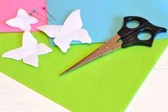Papierowi szablonów motyle, nożyce, szpilki, filc ciąć na arkusze szyć ste Zdjęcia Stock