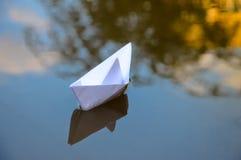 Papierowy łódkowaty origami w wodzie Zdjęcie Stock