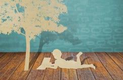 Papierowy cięcie dzieci pod drzewem. fotografia royalty free