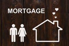 Papierowy dom i rodzina z hipotecznym tekstem pojęcia tła kosztów właścicieli czarnych konceptualnych domu do domu obraz zarobić  Zdjęcie Stock