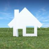 Papierowy dom w zielonej trawy polu royalty ilustracja