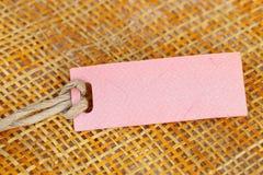 Papierowy etykietki puste miejsce dla teksta na bambusie wyplata tło Zdjęcia Royalty Free