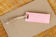 Papierowy etykietki puste miejsce dla teksta na brown kopercie i bambus wyplatamy Zdjęcie Royalty Free