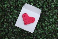 Papierowy fałdu kształta serce na białej kopercie obraz royalty free