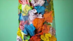 papierowy grat Zmięty papier rzuca w grat torbie zdjęcie wideo