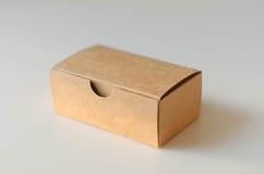 Papierowy karciany pudełko na białym tle Obrazy Stock