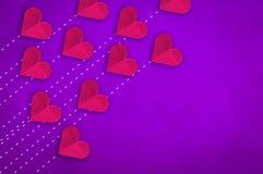 Papierowy kierowy szyk na świetle - purpurowy rzemienny tło Obrazy Stock